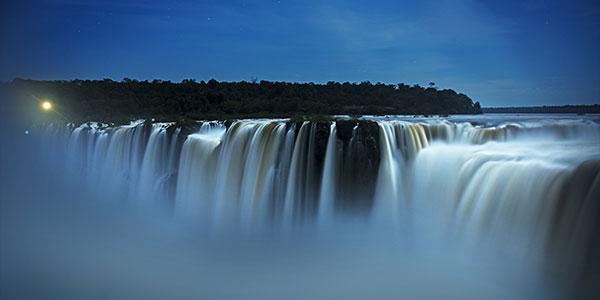 Visita nocturna a las cataratas de Iguazú en Argentina