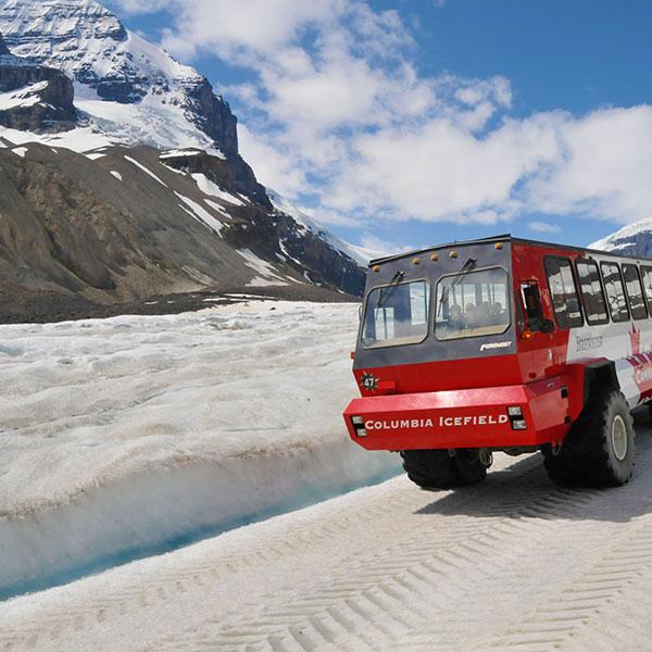 Paseo en el Ice Explorer, un viaje de aventura sobre el glaciar Athabasca en Canadá