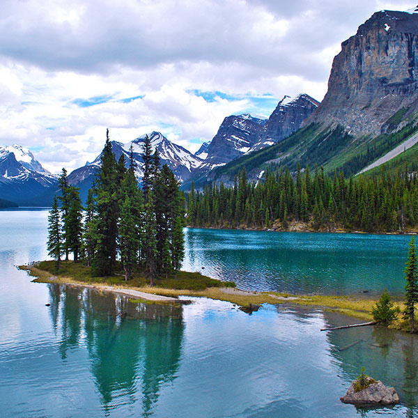 Maligne Lake en Jasper, oeste canadiense, parada fly and drive