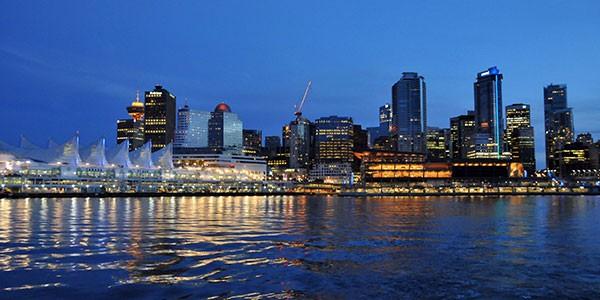 Cena en un barco recorriendo la costa de Vancouver en Canadá