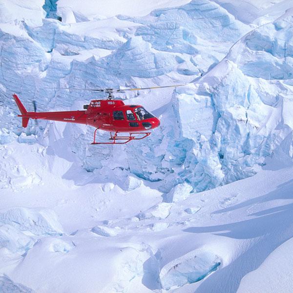 Vuelo en helicóptero sobre los glaciares en el viaje de lujo a las Montañas Rocosas de Canadá