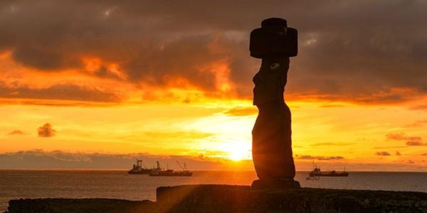 Atardecer en el complejo ceremonial de Tahai, Isla de Pascua Chile
