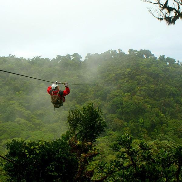 Tirolinas en Monteverde, actividad en familia en el viaje a Costa Rica