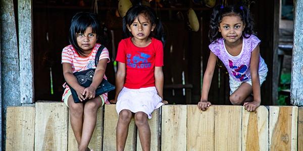 Familia indígena en la Reserva BriBrí de Talamanca, Costa Rica