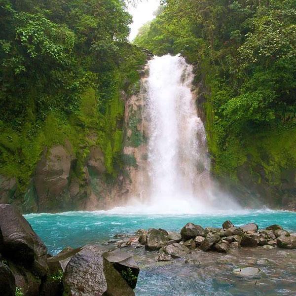 Ruta a pie por el Río Celeste, turismo activo en Costa Rica