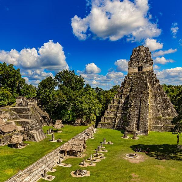 Recinto arqueológico de Tikal, cultura maya en Guatemala