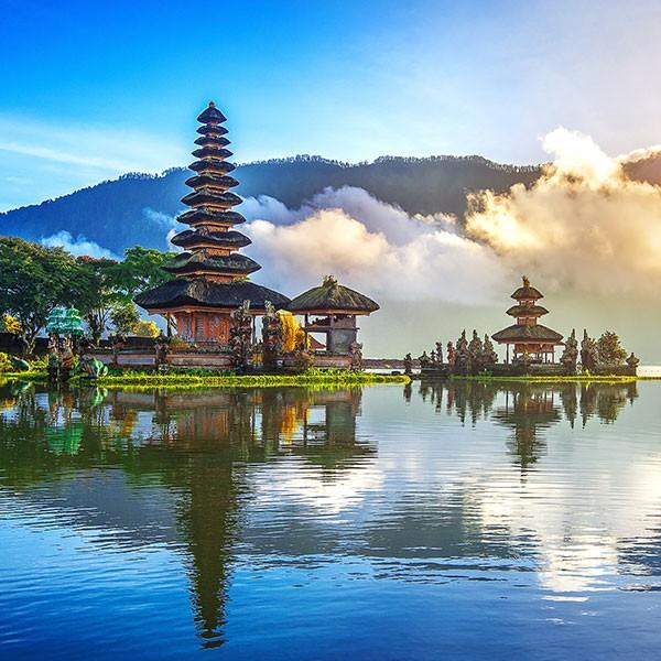 Templo Ulun Danu en Bali, Indonesia, en el viaje combinado con Japón