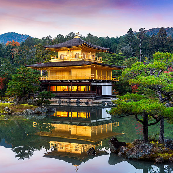 Templo Kinkakuji o pabellon de oro en Kioto, Japón