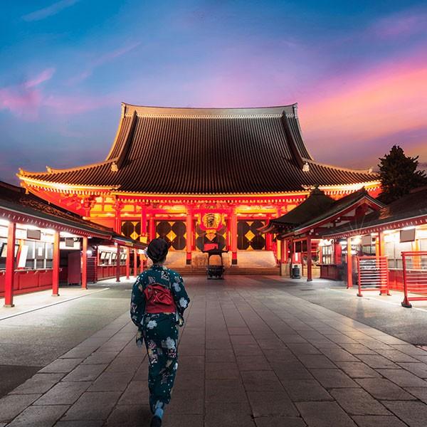 Templo rojo Senso-ji en Tokio, Japón