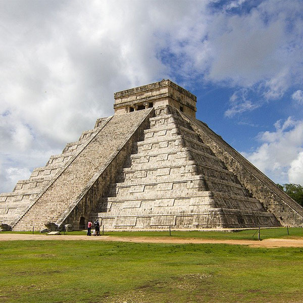 Pirámide del castillo en Chichen Itzá, México