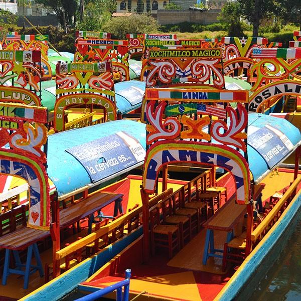 Trajineras en los canales de Xochimilco, Ciudad de México
