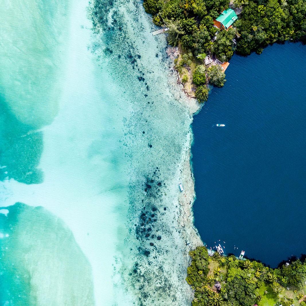 Vista aérea de la laguna de Bacalar o de los Siete Colores, México