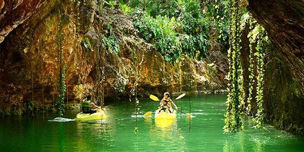 Actividad del Parque Xcaret en los cenotes, kayak en familia