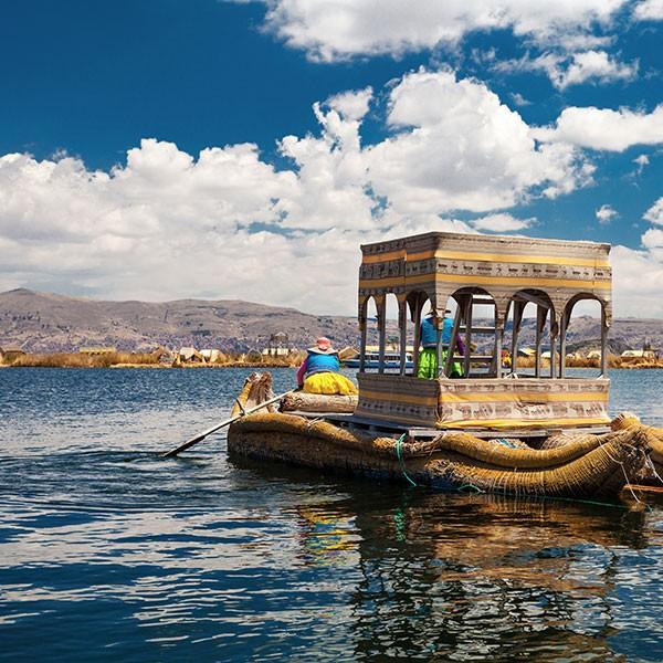 Embarcación de totora en el Lago Titicaca