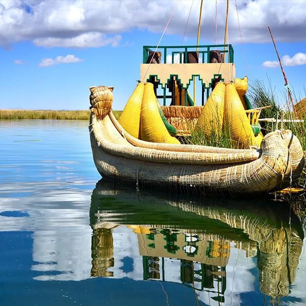 Lago Titicaca y embarcación de totora en la frontera entre Bolivia y Perú