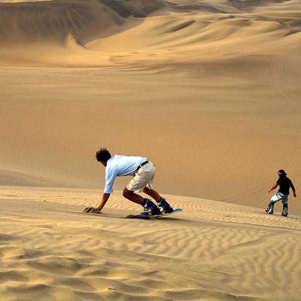Actividades de aventura en Perú: sandboard en las dunas de Paracas