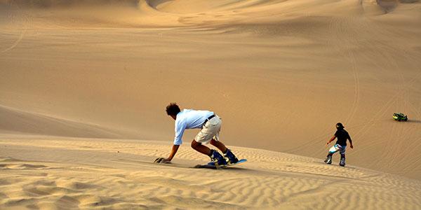 Sandboard en las dunas de Paracas, turismo activo en los viajes a Perú
