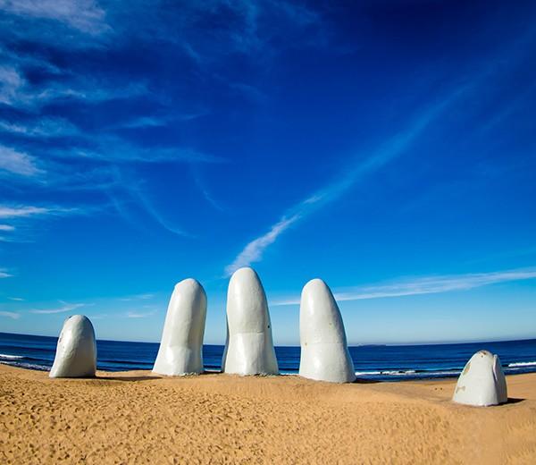 Playa Punta del Este Uruguay escultura dedos