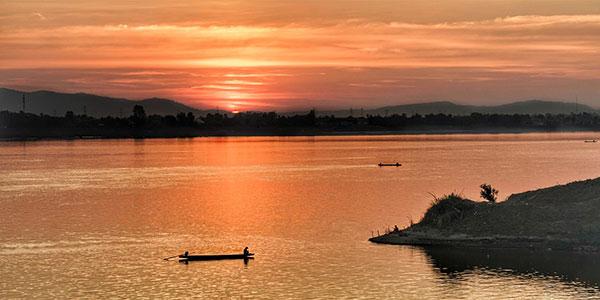 Navegar por el Mekong en los viajes a Laos