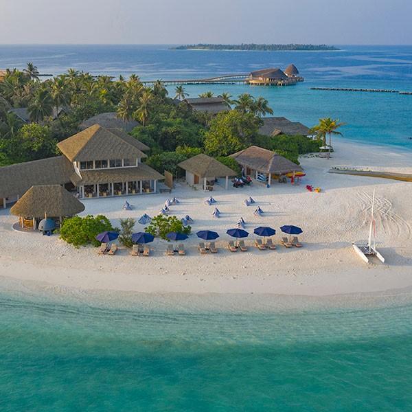 Playa de Maldivas en el resort Faarufushi
