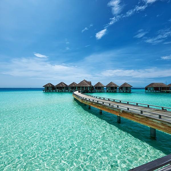 playa en islas Maldivas con overwater