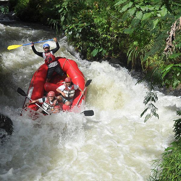 Descenso por el río Ayung en el viaje de aventura en Indonesia