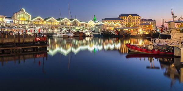 Vista nocturna del puerto en Ciudad del Cabo