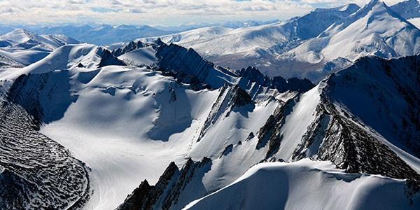 Sobrevuelo en avioneta del Himalaya en el viaje a norte de India y Nepal