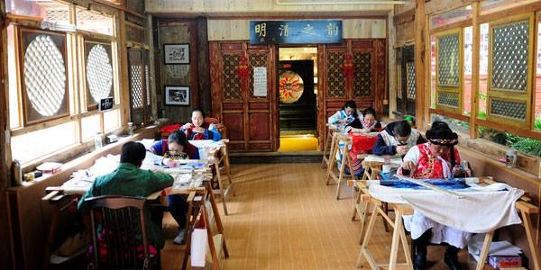Visita al Baisha Naxi Embroidery Institute en el viaje a Yunnan y Sichuan